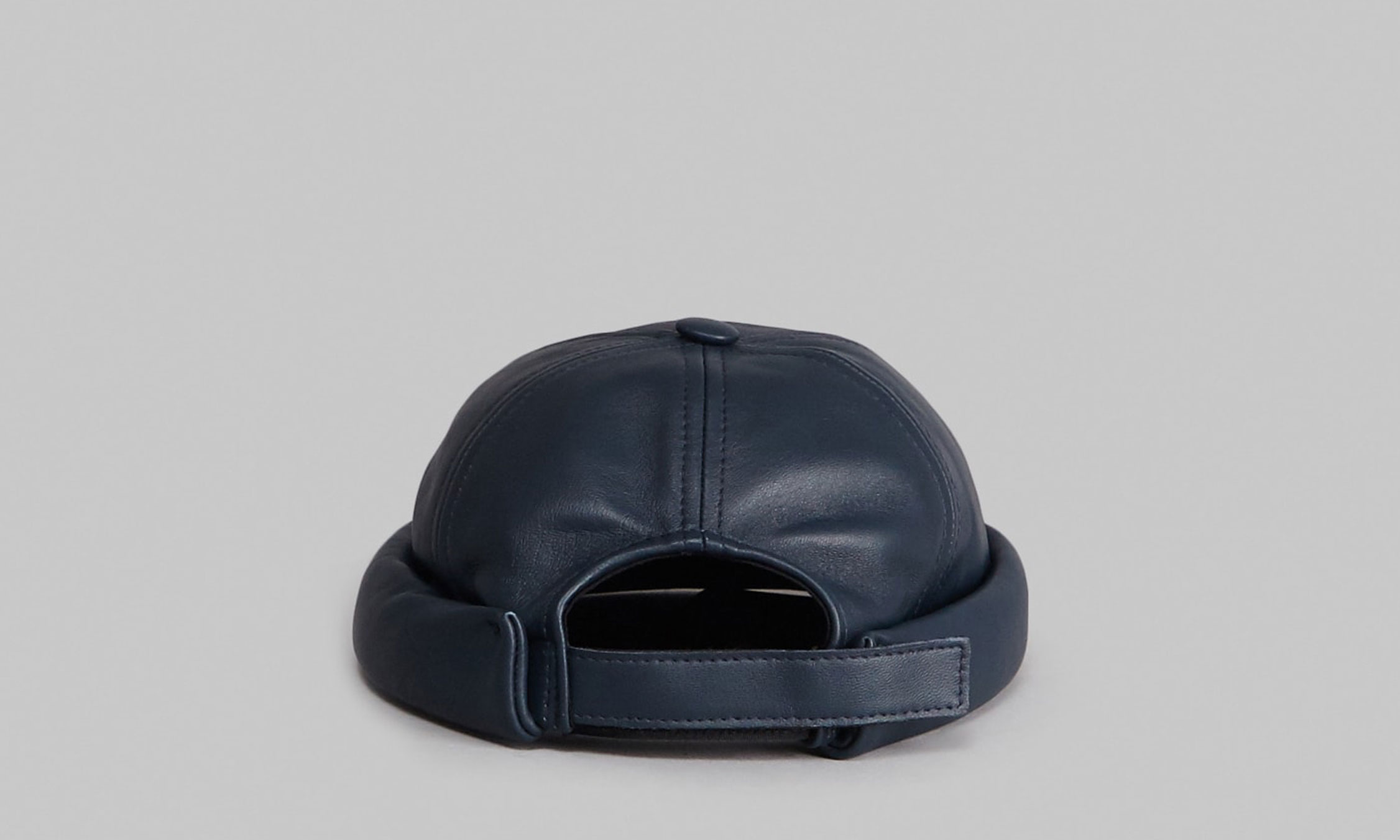 Béton Ciré Miki hat in navy leather